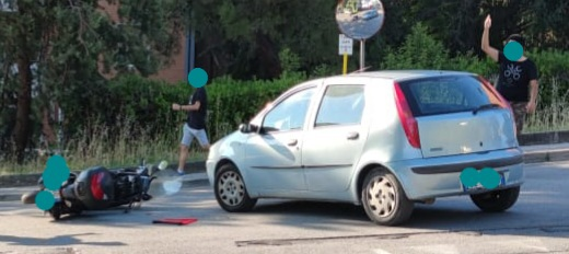 Auto contro scooter, 50enne finisce in ospedale