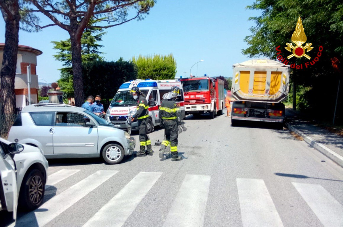 Minicar contro camion: 24enne all'ospedale